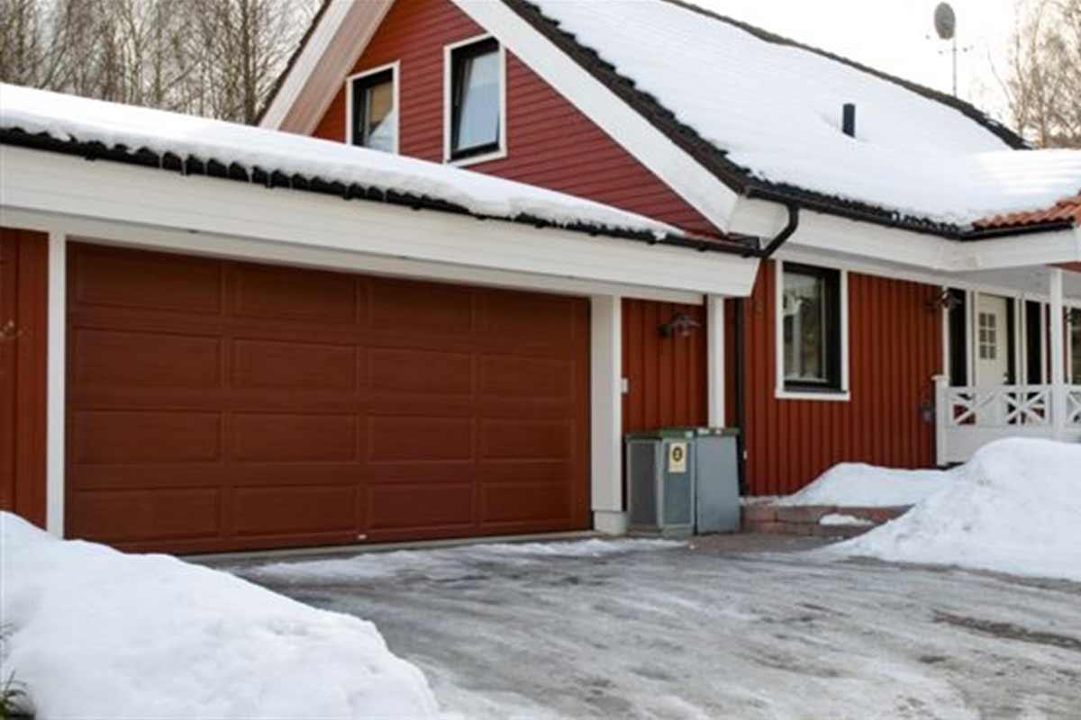 ett rött hus med garageport