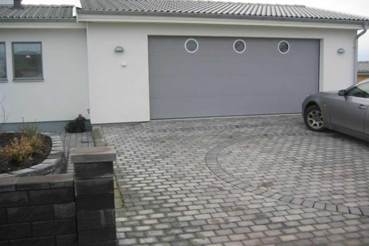 en fin grå garageport