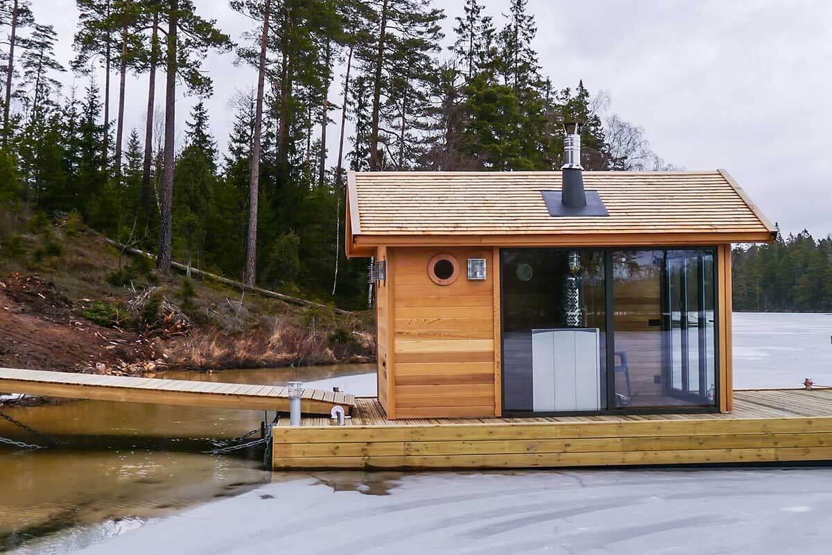 ett snyggt hus från kenjo på en brygga